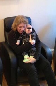 Mona som barnevakt når foreldrene får akupunktur